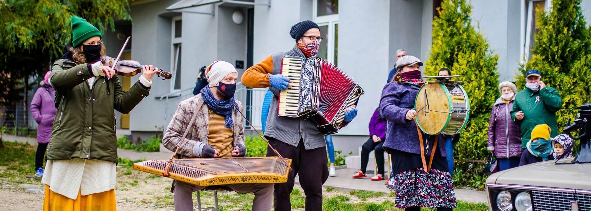 Muzykowanie pod balkonami z Kapelą Batareja - 11 listopada 2020 / fot. Sylwia Krassowska - Polskie Radio Białystok